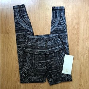 NWT Lululemon exclusive Wunder Under size 4